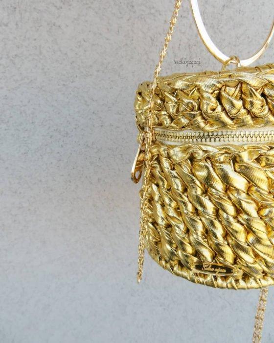 bolso con tela dorada tejida y cadena dorada