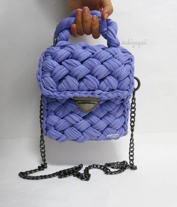 bolso con tela morada tejida y cadena negra