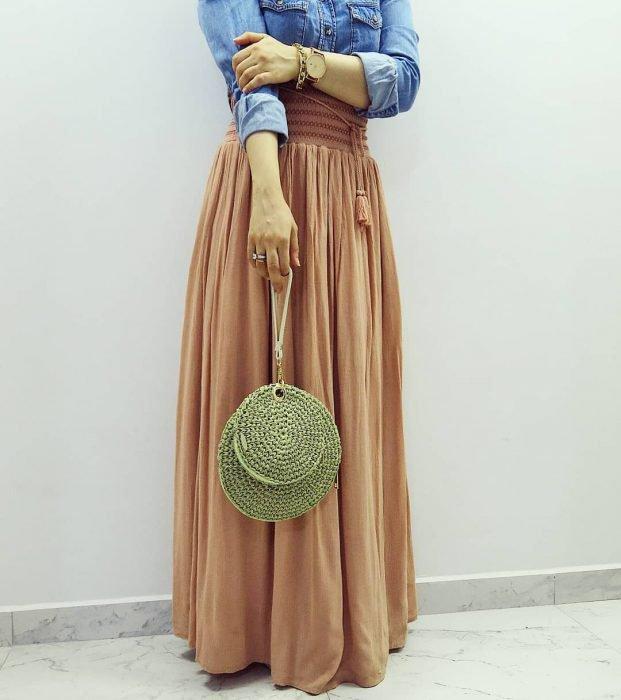 mujer con falda y bolso verde tejida