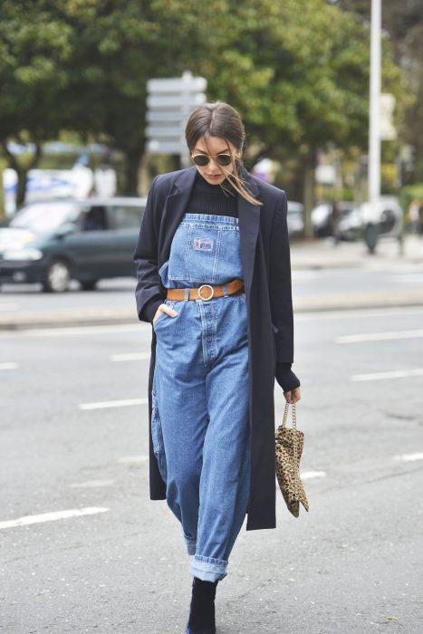 Chica con overol de mezclilla, cinto y saco largo