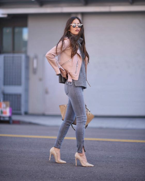 Chica cruzando la calle con tacones rosa palo
