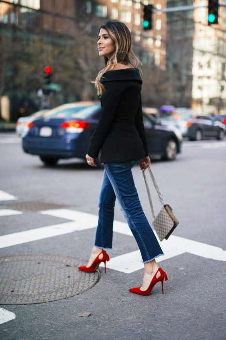 Chica cruzando la calle con tacones rojos