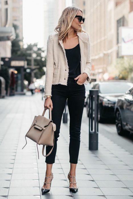 Chica rubia con jeans negros y zapatos de tacón con estoperoles
