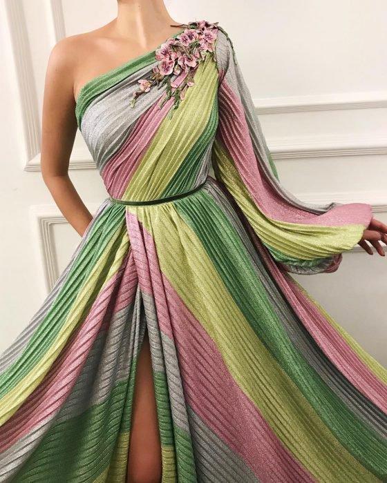 Vestido en corte A, color gris, verde, rosa y amarillo adornado con flores