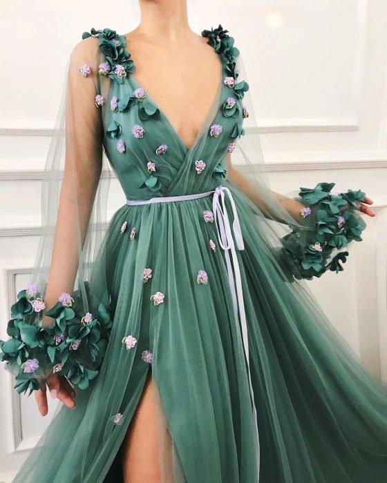 Vestido en corte A, color verde con mangas de tul adornado con flores