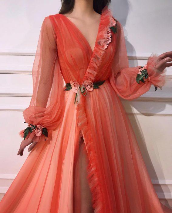 Vestido en corte A, color anaranjado adornado con flores y mangas de tul