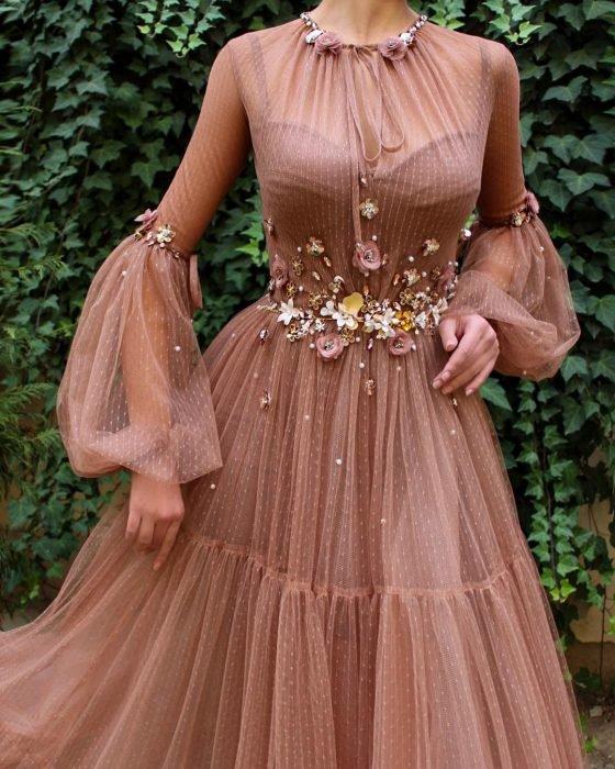 Vestido en corte A, color café con tul y adornos de flores, estilo vintage