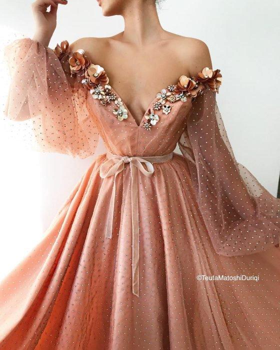 Vestido en corte A, color salmón con mangas de tul y adornos de flores