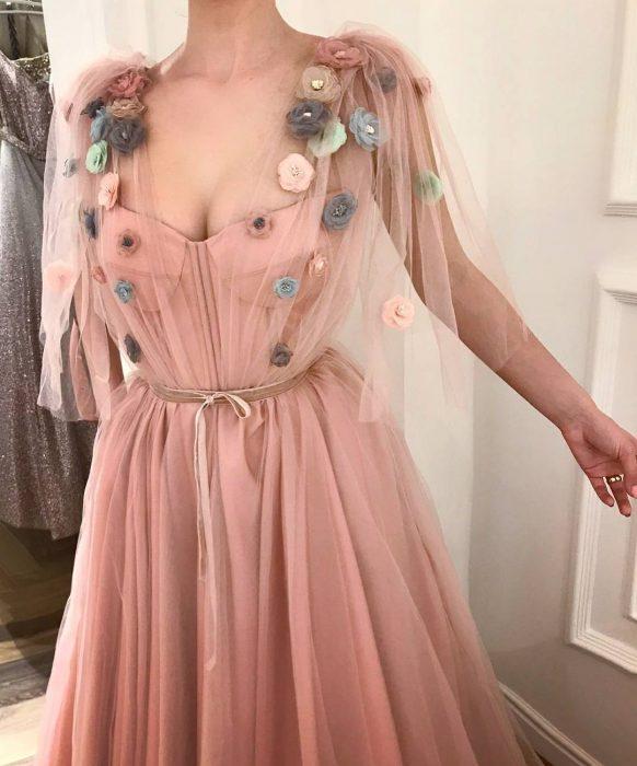Vestido en corte A, color salmón con tul y adornos de flores, estilo vintage