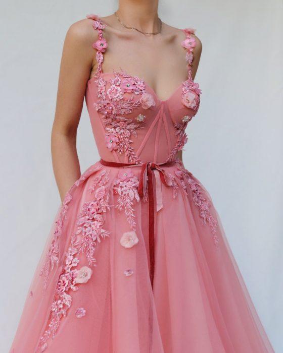 Vestido en corte A, color rosa con corsette y adornos de flores