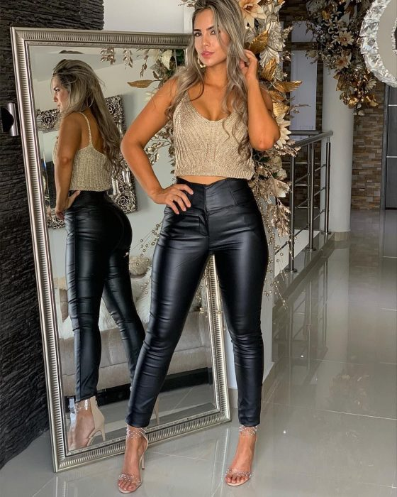 Chica modelando leggins con crop top