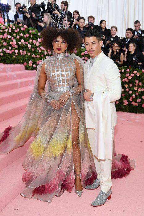 Nick Jonas y Priyanka Chopra posando abrazados para los fotógrafos del Met Gala