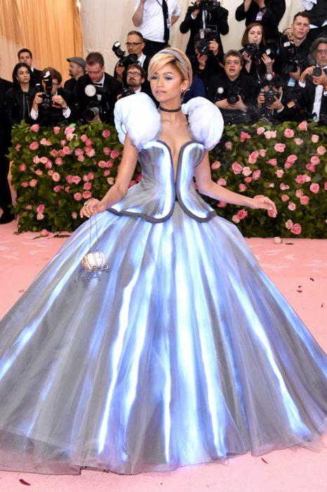 Zandaya usando un vestido estilo Cenicienta durante la Gala MET 2019