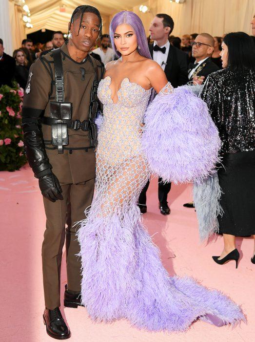 Kylie Jenner y Travis Scott abrazados posando para los fotógrafos durante la MET Gala 2019