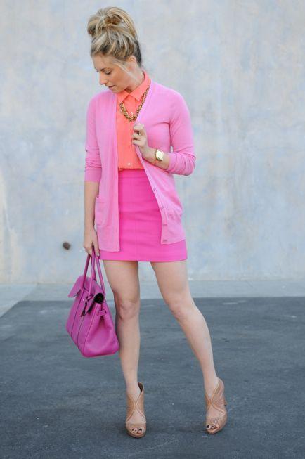 Mujer con vestimenta en varios tonos rosas