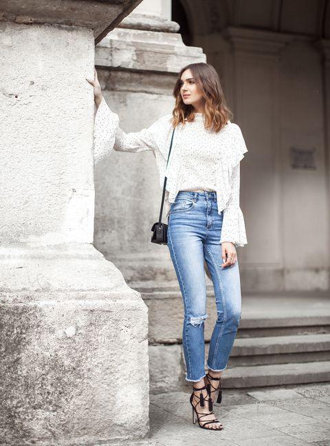 Chica usando pantalón de tiro alto con zapatos de tacón y pulsera delgada