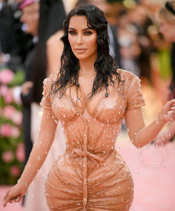Kim Kardashian durante la met gala usando un vestido de color café, ondas que simulan el cabello mojado