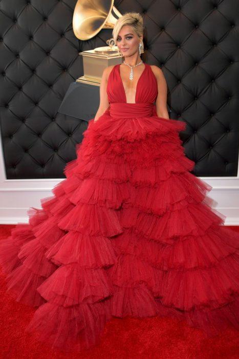 La cantante Bebe Rexha luciendo un vestido rojo en la alfombra roja de los Grammys 2019