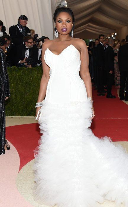 La cantante y actriz Jennifer Hudson luciendo un vestido blanco en la alfombra roja de los Met Gala
