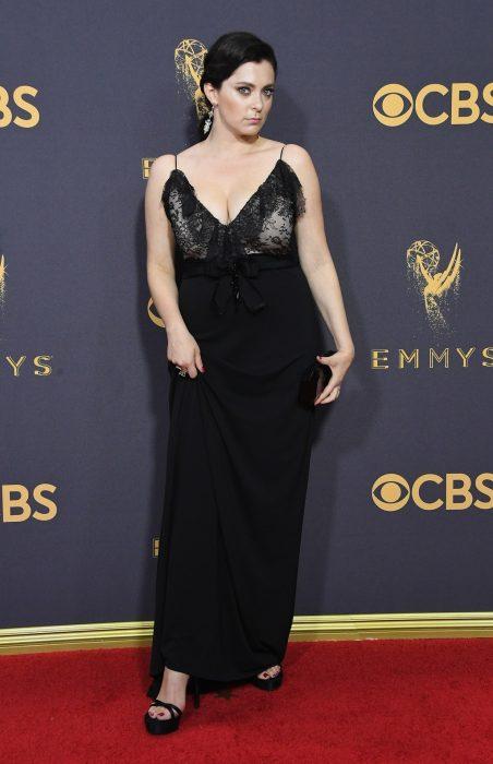 La actriz Rachel Bloom luciendo un vestido Gucci en la alfombra roja de los Emmy