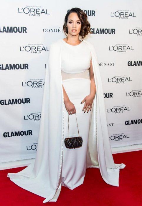 La actriz Dascha Polanco luciendo un vestido blanco en una alfombra roja