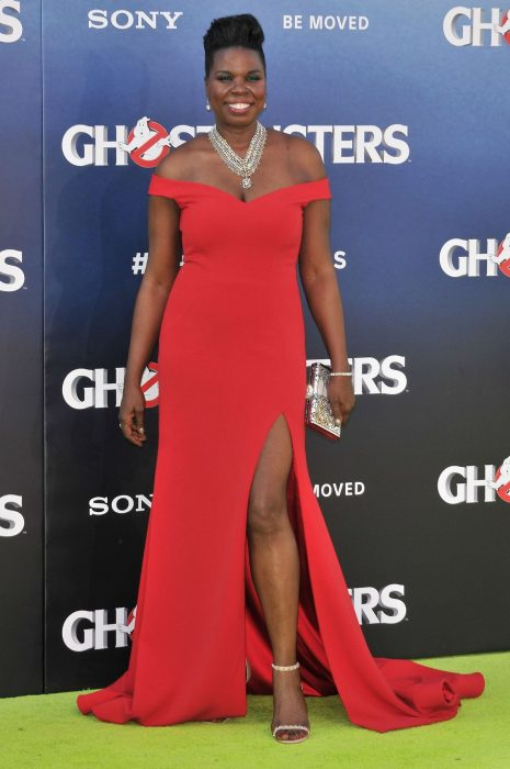 La actriz Leslie Jones luciendo un vestido del diseñador Christian Siriano en la premiere de Ghostbusters