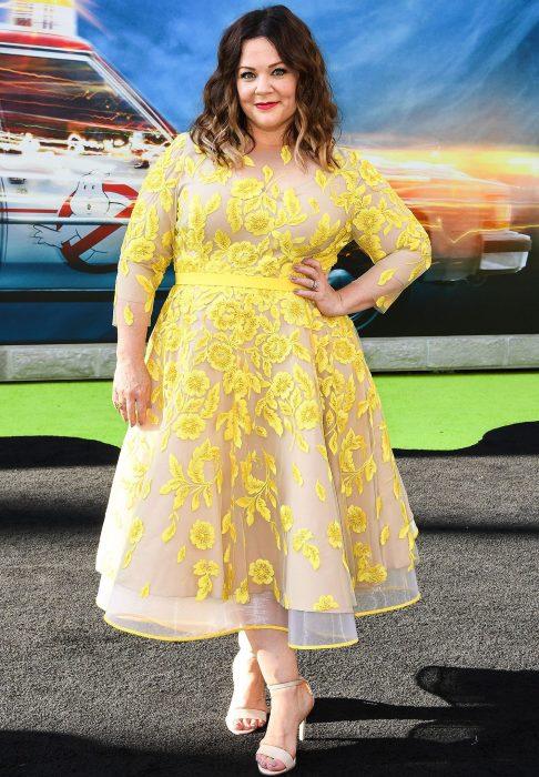La actriz Melissa McCarthy luciendo un vestido de flores amarillas para la premiere Ghostbusters