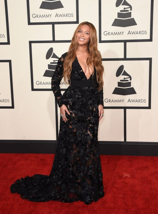 La cantante Beyoncé luciendo un vestido negro en la alfombra roja de los Grammys