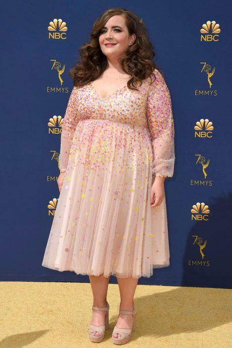 La actriz Aidy Bryant luciendo un vestido rosa en la alfombra de los Emmy