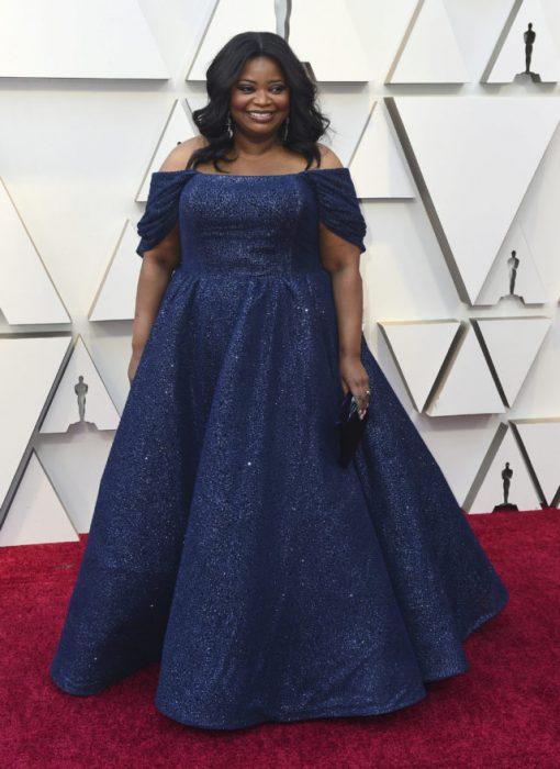 La actriz Octavia Spencer luciendo un vestido azul en la alfombra roja de los Oscar 2019