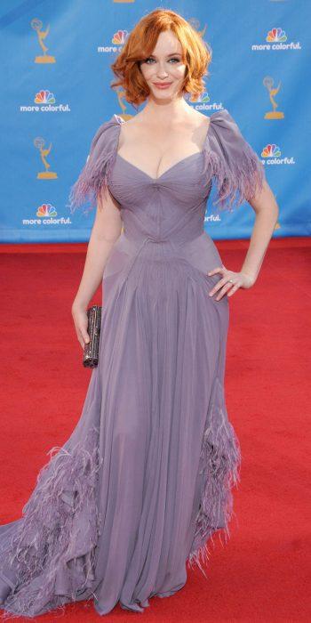 Christina Hendricks luciendo un vestido color lila para una alfombra roja