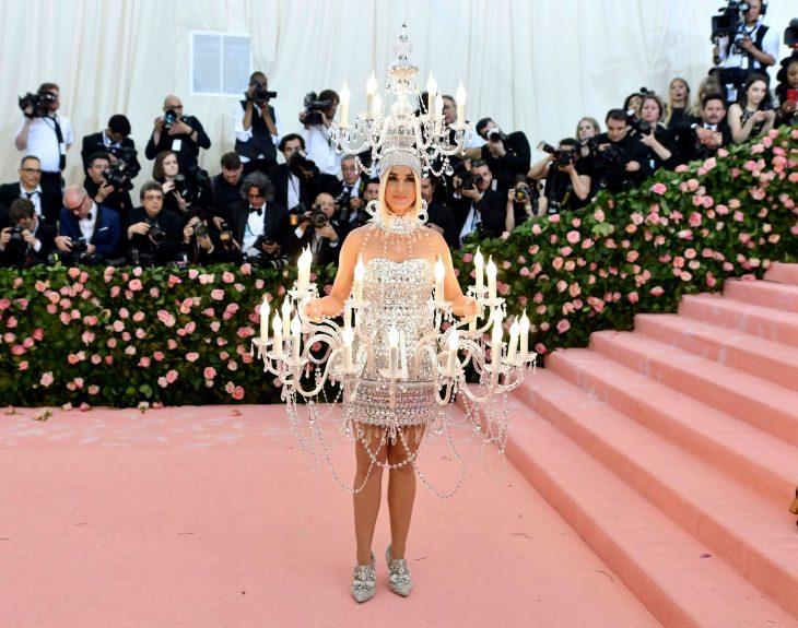 Katy Perry luciendo como un candelabro durante la Gala MET 2019
