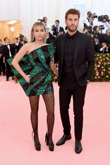 Miley Cyrus y Liam Hemsworth posando para las cámaras de la Gala MET de Nueva York