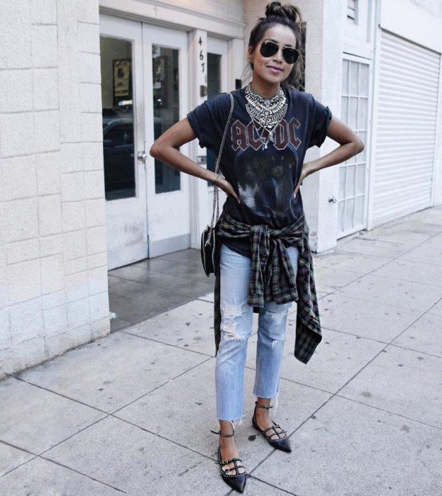 Chica parada en medio de la calle mostrando su outfit rockero y sus flats negras