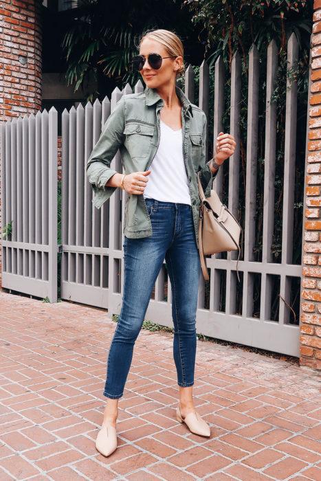 Chica parada en la calle posando para una foto mientras muestra su outfit y sus zapatos color beige