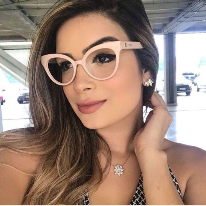 Chica posando para una selfie en la que muestra sus gafas de color nude