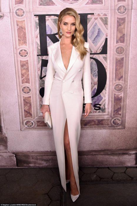 Chica usando un vestido blanco de corte tipo smoking