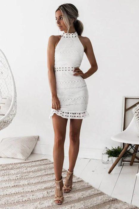 Chica usando un vestido de color blanco con textura tejida