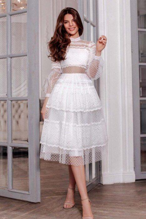 Chica usando un vestido de color blanco con toques románticos