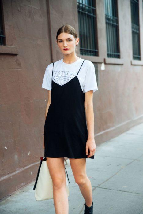 Modelo Nastya Abramova vistiendo un vestido slip dress con una camiseta blanca abajo
