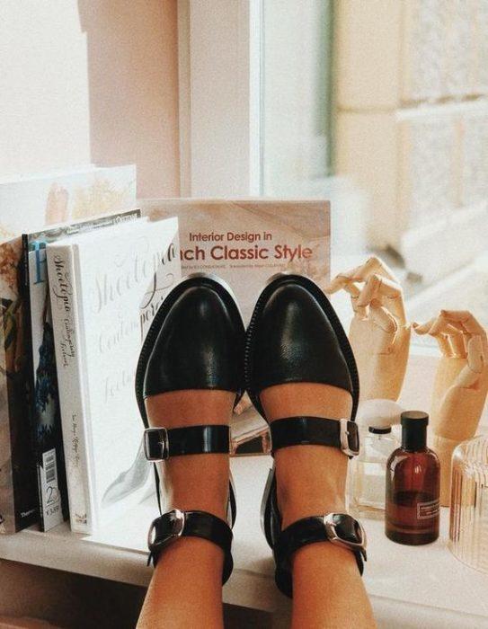 Pies de mujer con zapatos de hebilla y tacón