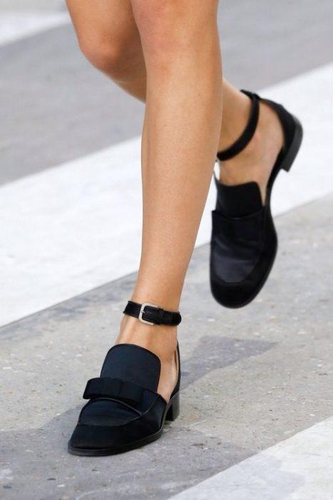 Mujer usando zapatos con aberturas a los lados, pulsera y tacón bajo