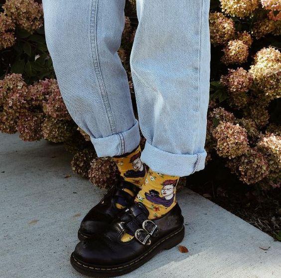 Mujer usando jeans de mezclilla flojo, calcetas amarillas y zapatos de plataforma ancha
