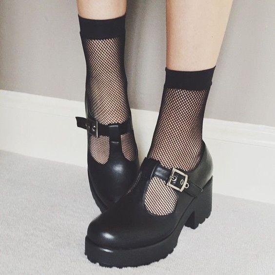 Chica usando medias cortas de red con zapatos de hebilla, aberturas, tacón alto y plataforma ancha