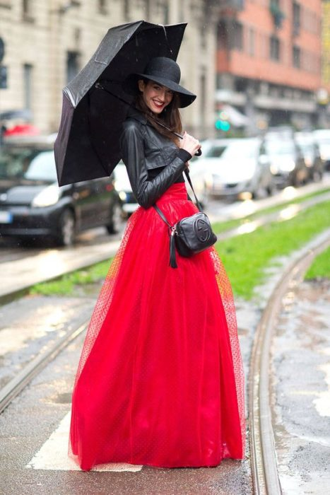 Chica usando falda maxi de tul en tono rojo y chaqueta de cuero negra corta