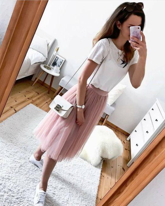 Chica tomándose una selfie para mostrar su outfit con falda de tul