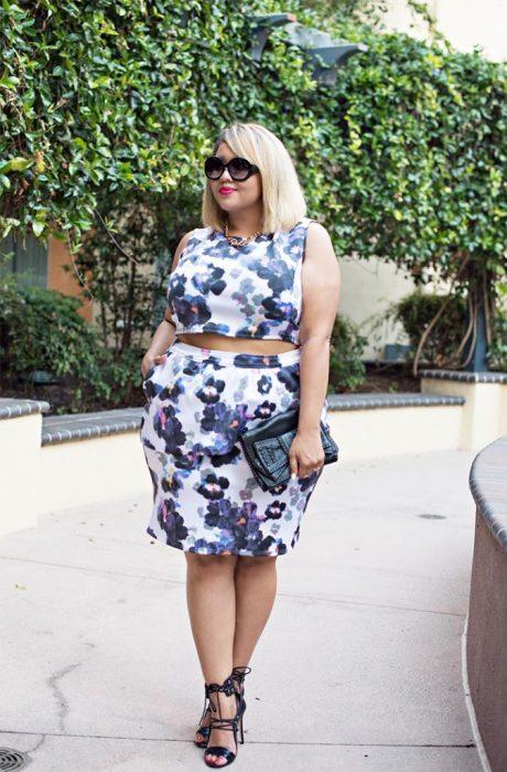 Chica con un conjunto de falda y top de flores