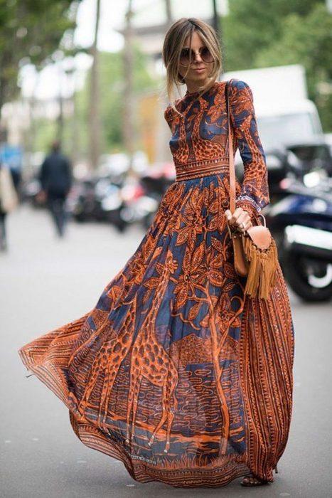 Chica modelando un maxivestido azul con naranja