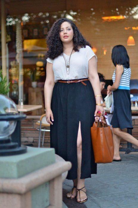 Chica modelando una maxi falda negra y blusa blanca