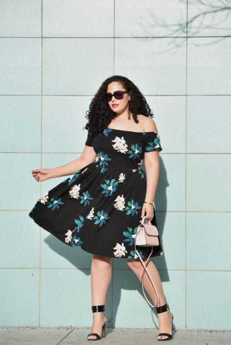 Chica plus size modelando un vestido de flores